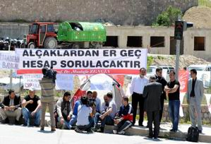Members of the Maltepe CHP youth arm on hunger strike near Baykal's home to call the former leader back to the Republican People's Party (CHP))