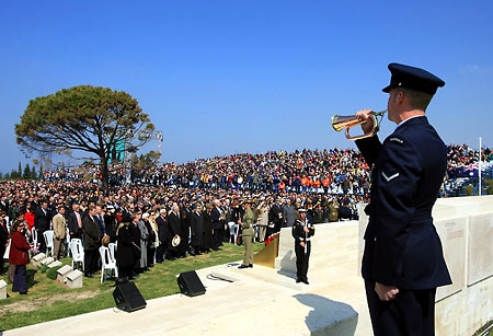 Anzacs pay tribute for fallen compatriots and brave Turks in Canakkale