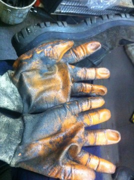 Gloves of a marine engineer. Picture taken from Erinc Korkmaz's twitter account, where he comments :  We share the same fate as our fellow worker friends..