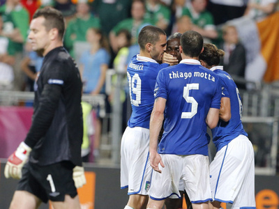 His harsh words aimed at Italian bench was muffled Balotelli 's teammate in a joint effort to silence the Super Sick Mario the Balotelli.