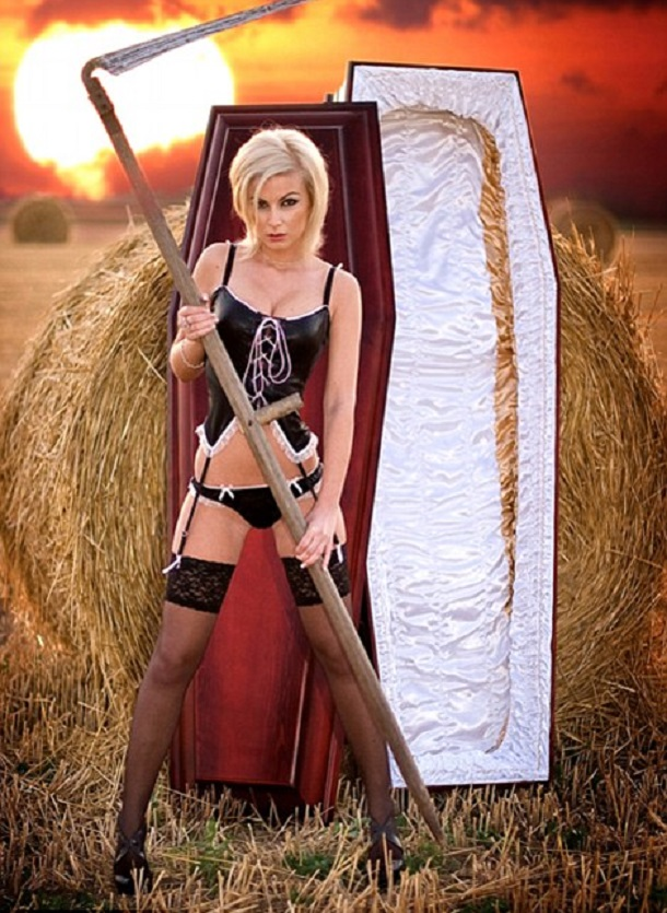 Lindner-Sexy-Coffin-Calendar-2014-003