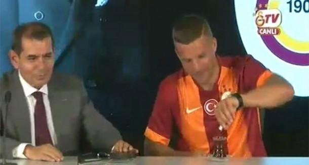 Photo of Podolski imzayı attı çayını yudumladı (Video)