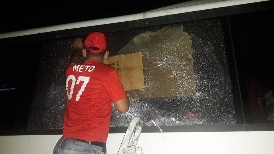 Photo of Tam anlamıyla futbol terörü! Taraftar otobüsüne pompalı tüfekle saldırdılar