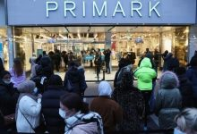 Photo of İngiltere'de koronavirüs önlemleri gevşetildi, mağazalar aylar sonra açıldı